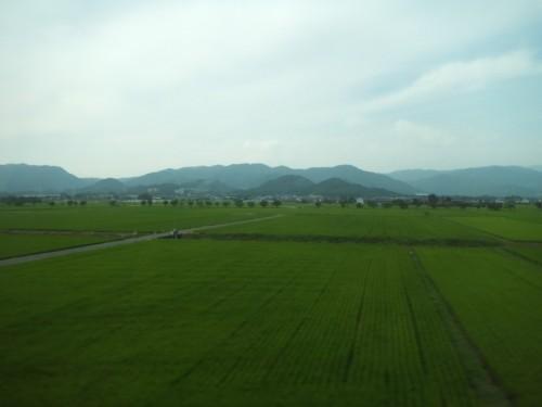 佐賀の田園風景の向こうに脊振山地