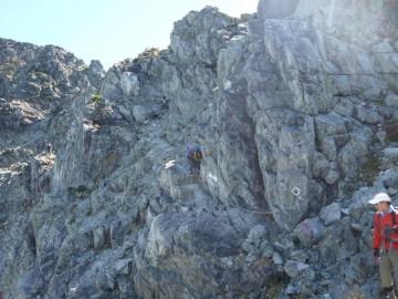 岩場の通過は落石注意です。