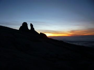 朝日に輝くロバの耳。8.0km地点より。