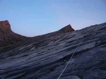 岩の斜面を登っていきますが、ロープ入りません。