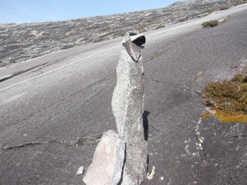 登山道わきにある直立した岩