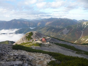 笠ヶ岳山頂から見る笠ヶ岳山荘
