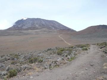 サドルの中に続く登山道