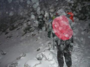 吹雪の中登ります