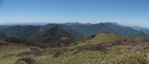 西方面のパノラマ。石鎚山や瓶ガ森などの山々を望めます。