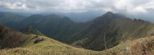西から南側にかけての景色。瓶ガ森等の山々が望めます。