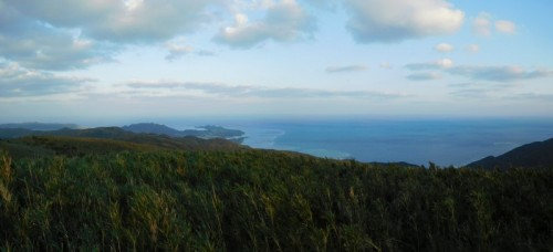 於茂登岳山頂から川平湾方面のパノラマ