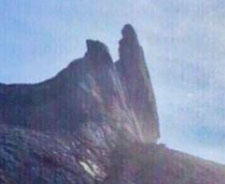 地震で崩落後のキナバル山ロバの耳